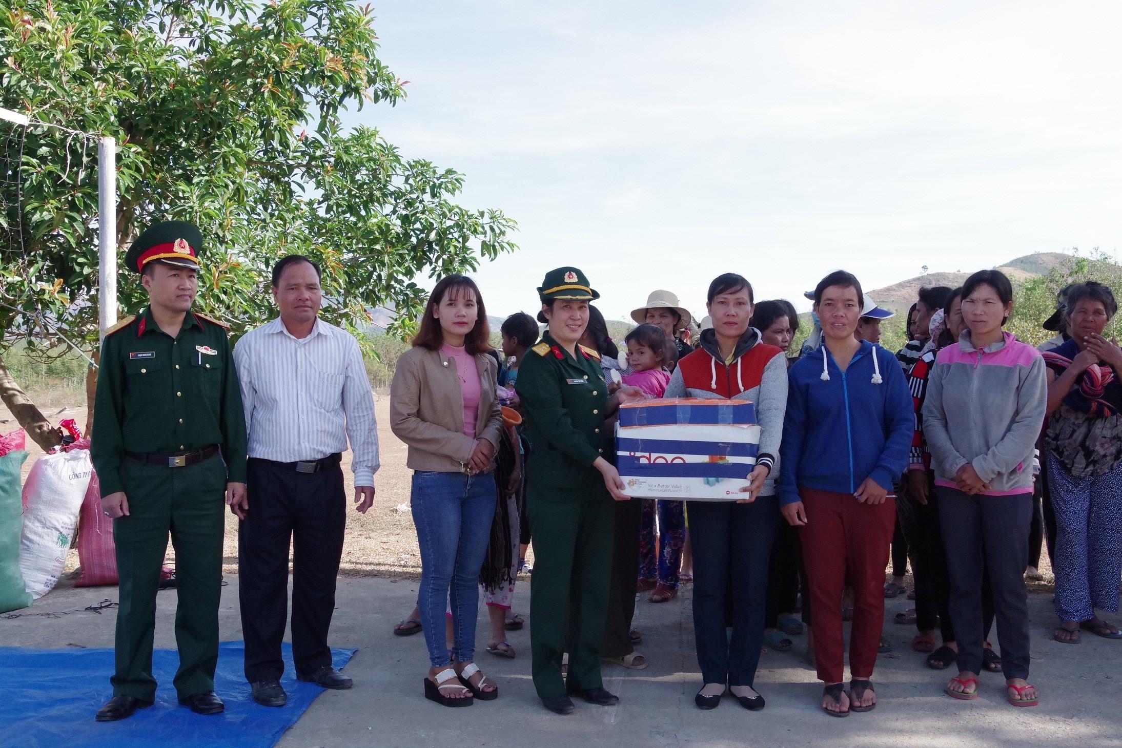Phụ nữ Bộ CHQS tỉnh Kon Tum tặng quần áo cho các hộ dân còn khó khăn
